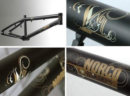Typographie doree et peinture noire sur un cadre de velo