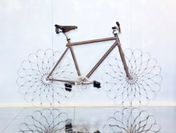 Pneu ressort en metal pour velo de Ron Arad