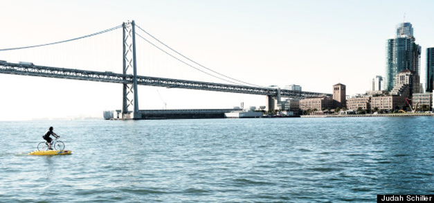Judah Schiller traverse la baie de San Francisco a velo