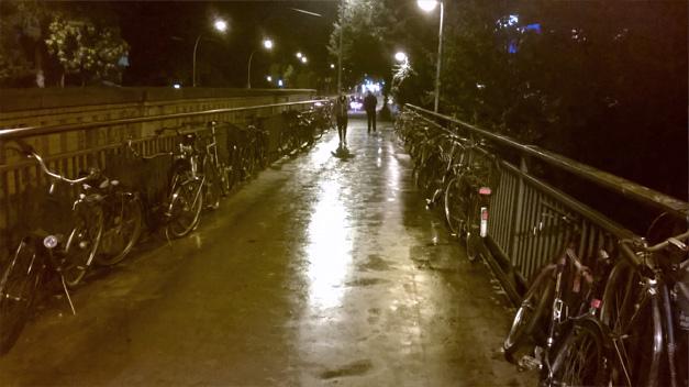 Berlin a velo la nuit avec la pluie