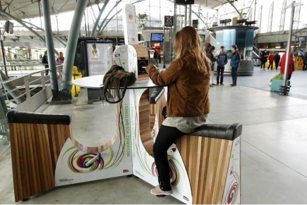 Pedaler en gare pour recharger son telephone